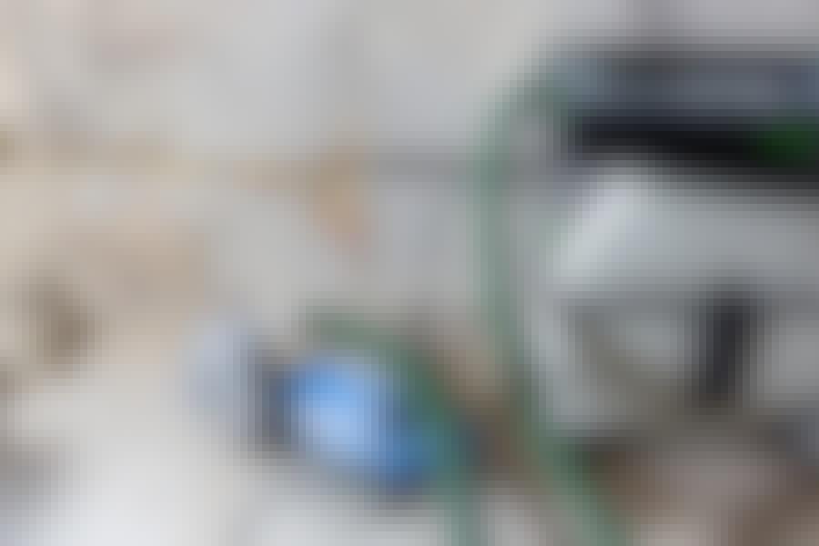 Fræse ledninger ind i væggen: Det er et must, at maskinen er sluttet til en værkstedsstøvsuger.