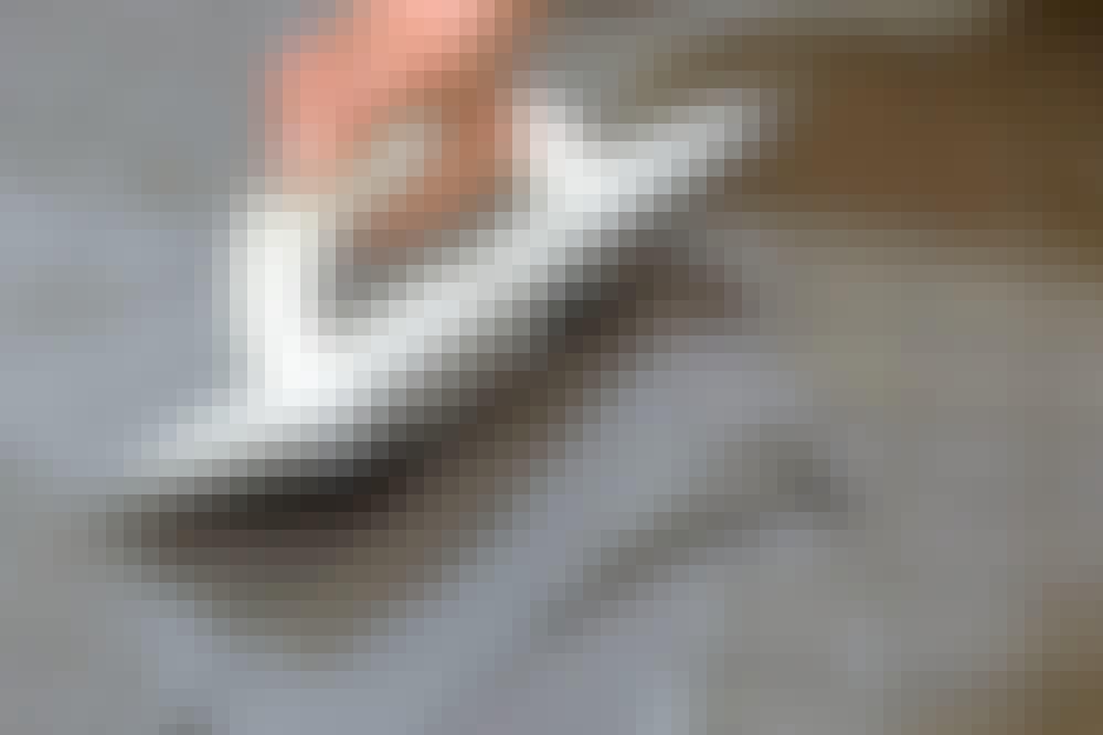 Laattojen saumaus: Yhtenäiset saumat kruunaavat lattian. Saumat pitää täyttää kokonaan, jotta laasti ei halkea.