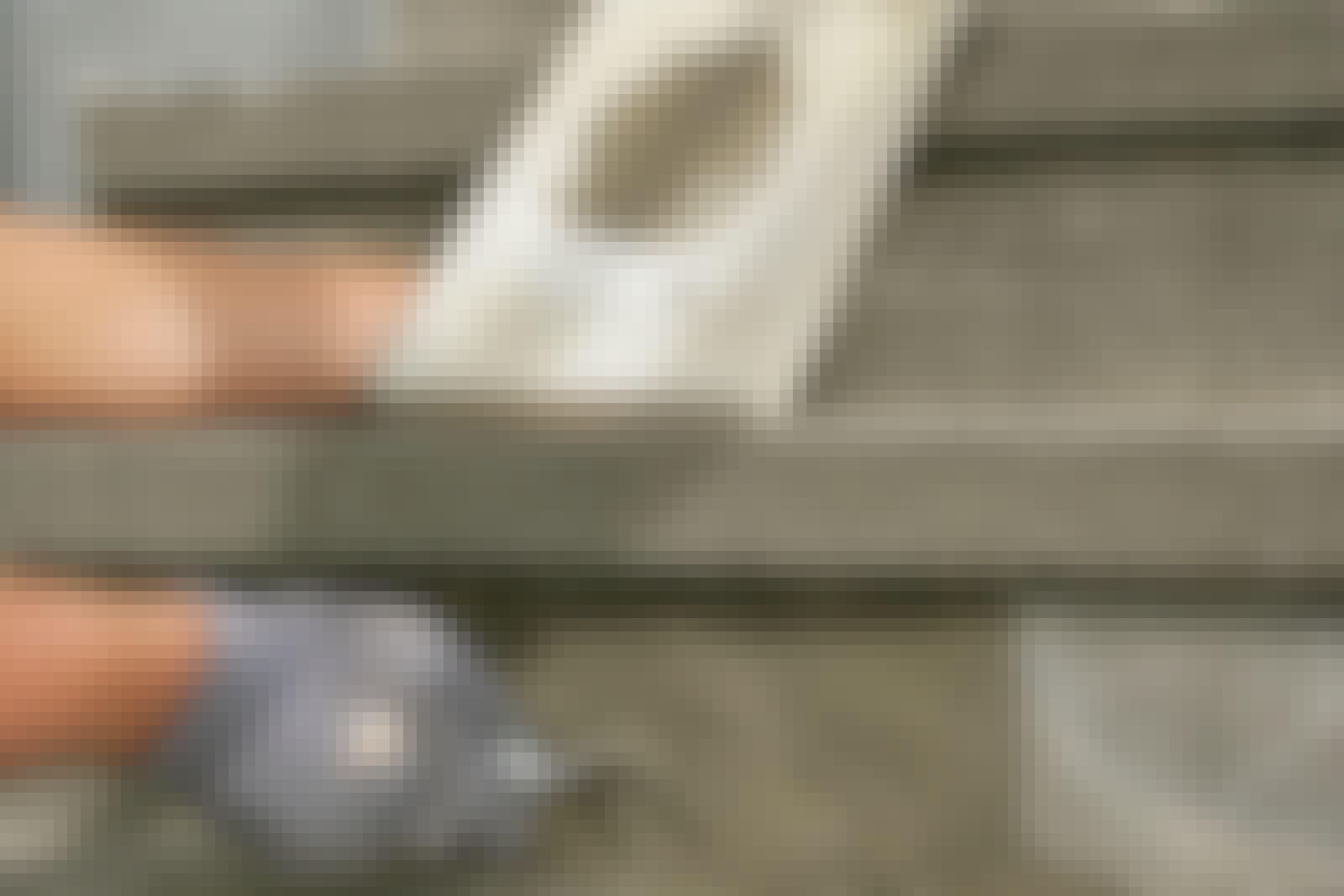 Tørrbetong: Til mindre støpeoppgaver og småreparasjoner av for eksempel en sokkel eller en betongtrapp, klarer du deg fint med tørrbetong, som bare skal tilsettes litt vann.