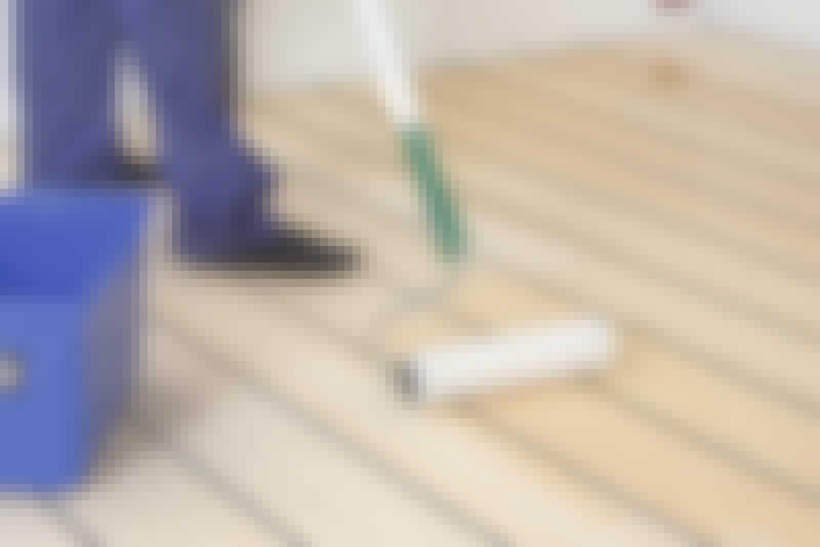 Gulvlak: Selve påføringen af lakken kan udføres med enten en gulvlakpensel eller en kortluvet rulle.
