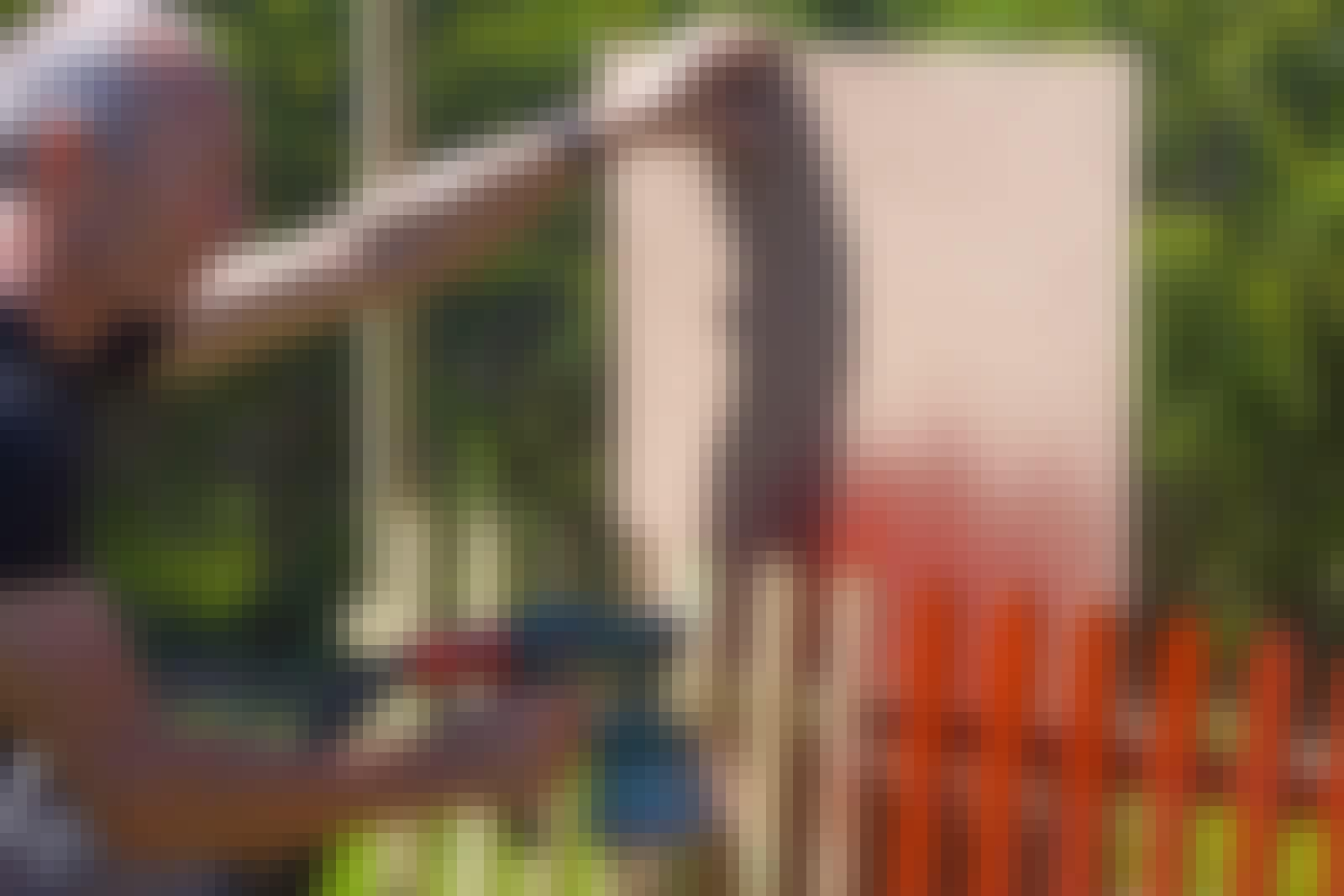 Sprutmålning: Här fixas avgränsningen med en skiva som följer med längs staketet!