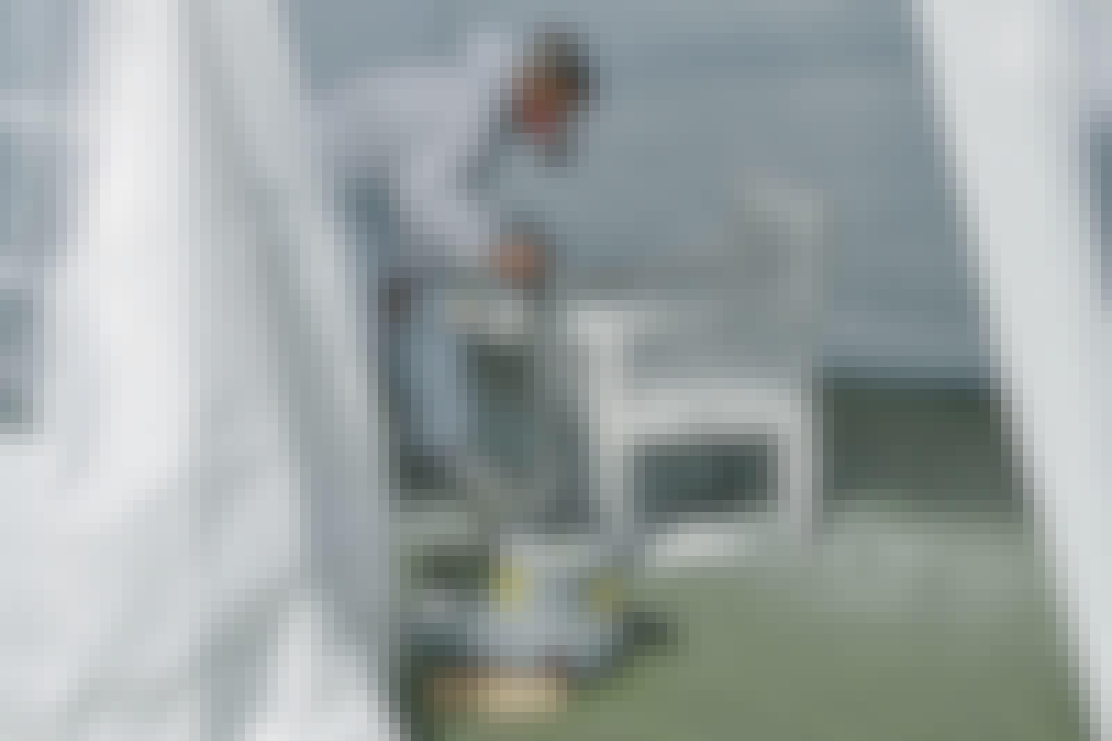 Sprutmålning: Om du vill ha kontroll över sprutmålningen när du målar utomhus, kan du bygga ett avgränsat rum som på bilden här.