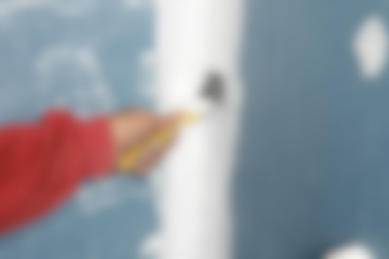 En vådrumsmembran består oftest af en flydende masse, der som en tyk maling rulles hen over gulvet eller væggene ad flere omgange.