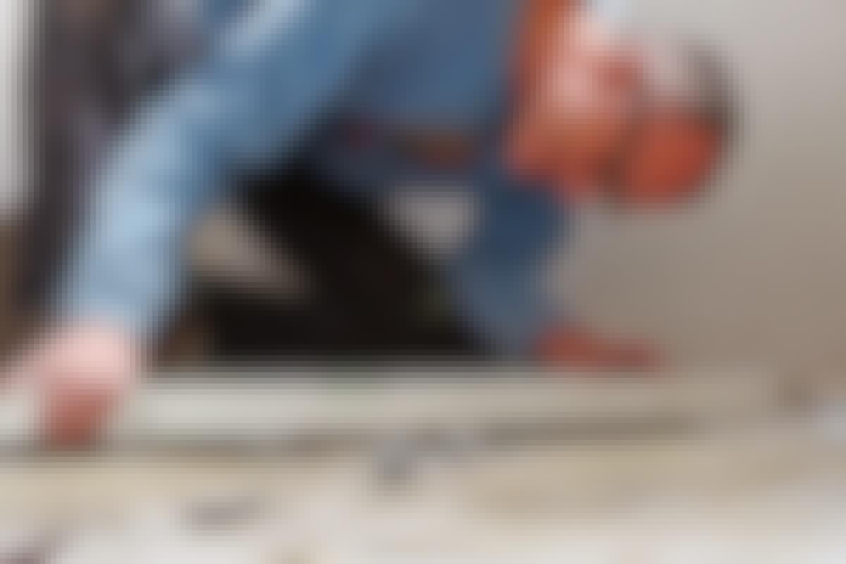 Genom att sätta klossar i rätt höjd för golvspacklet, ser vi till så att golvet får rätt fall.