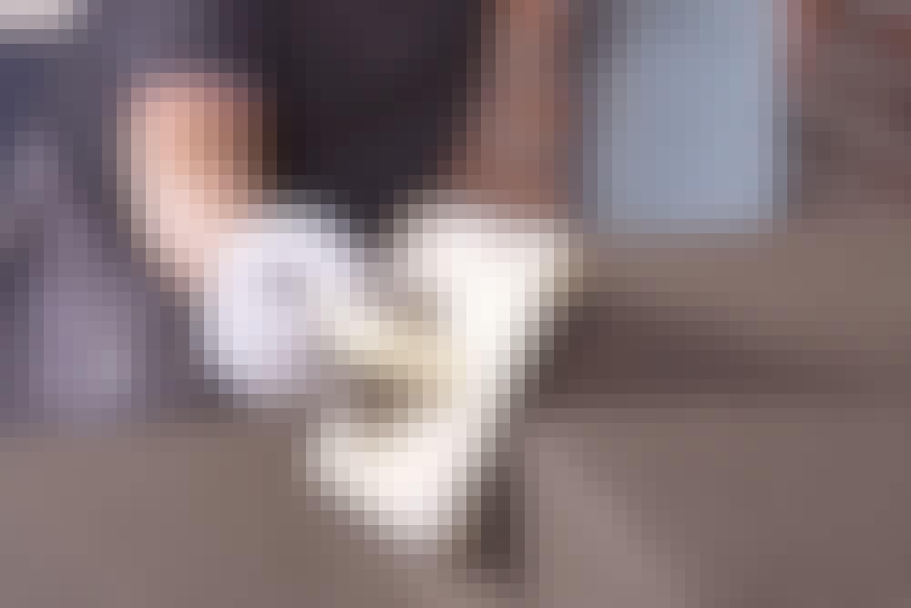 Pudslag på lodrette flader (stødtrin): Kanterne på en betontrappe er meget udsatte for stød og slag, så det betaler sig at runde dem med et pudsebræt.