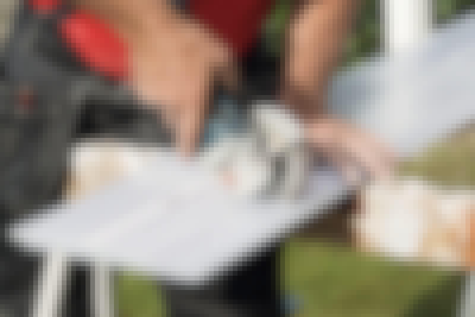 Sådan bruges plastplader: Plastplader er drilske at save i. Derfor gælder det om at vælge det rette værktøj: en stiksav med en klinge til PVC eller en vinkelsliber med metalskive.