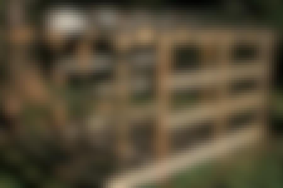 """Den bærende konstruktion hviler på nedgravede stolper. Alternativt kan du bruge nedgravede sokkelsten eller støbe og bruge sokkelbeslag. Alt træmateriale til """"skelettet"""" er gedigent, trykimprægneret fyrretræ bortset fra topdrageren, der er 90 x 200 mm limtræ."""