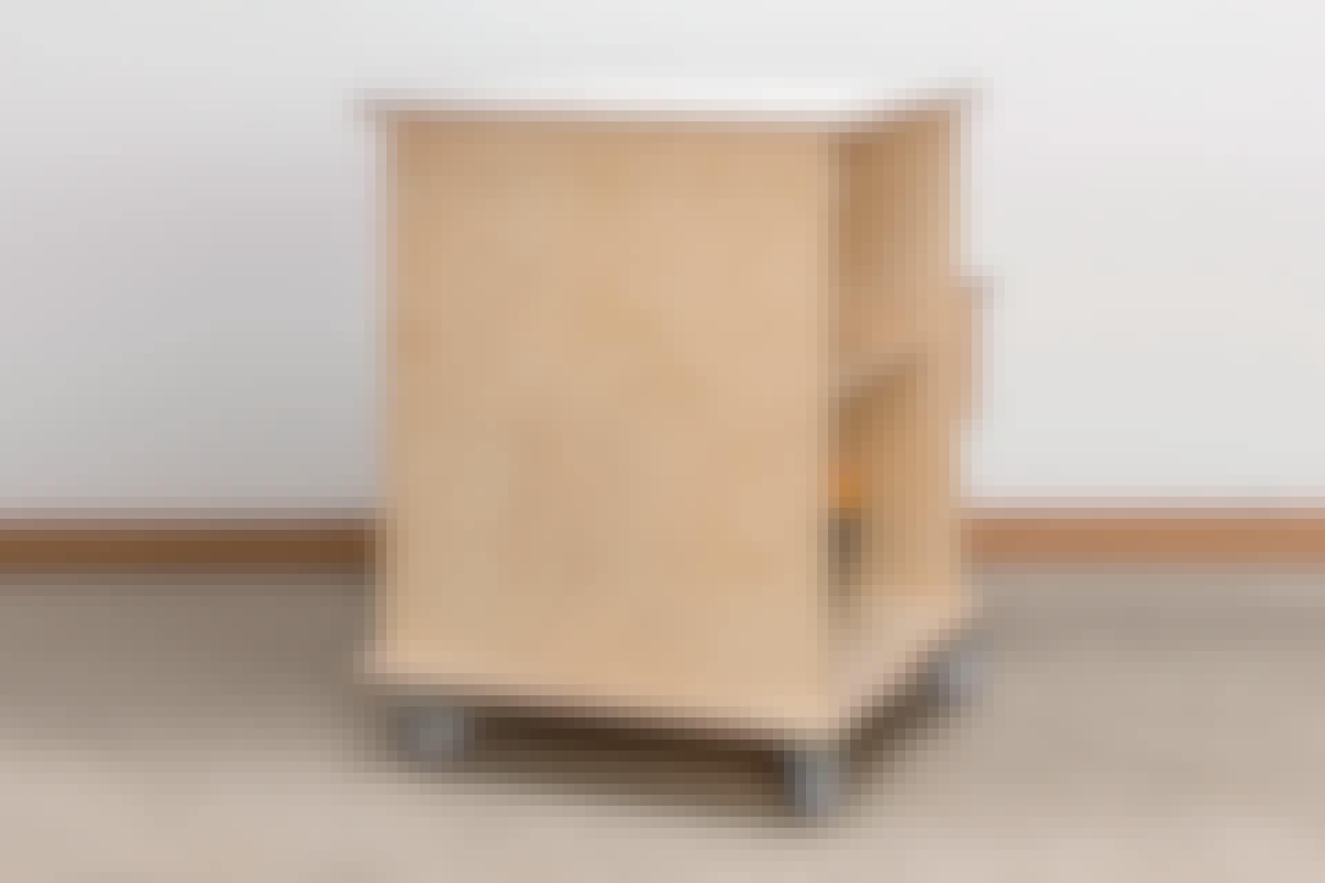 Arbetsbordet är utrustat med både sticksåg, bandslip och handöverfräs.