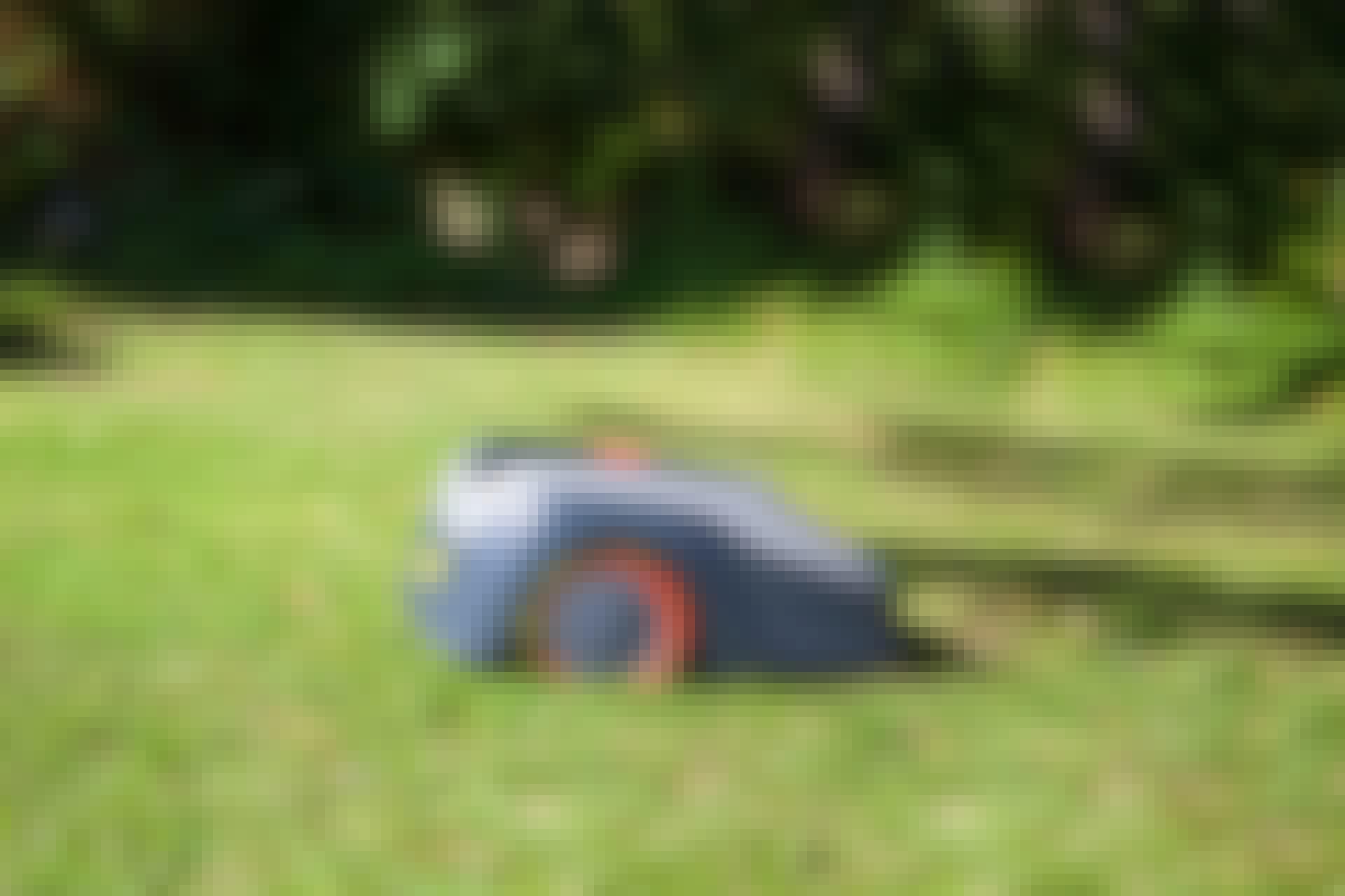 Robotgräsklippare test: Vi har testat fem populära robotgräsklippare som alla klarar upp till 1.200 kvadratmeter gräsmatta.