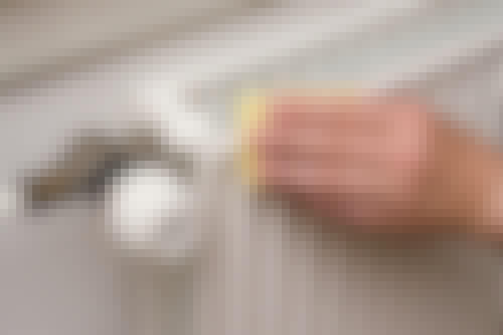 Mal radiator: Radiatoren vaskes omhyggeligt med grundrens på alle flader og kanter, der skal males. Skrammer og ridser kan ikke skjules med maling, så de skal slibes grundigt med slibepapir korn 150.