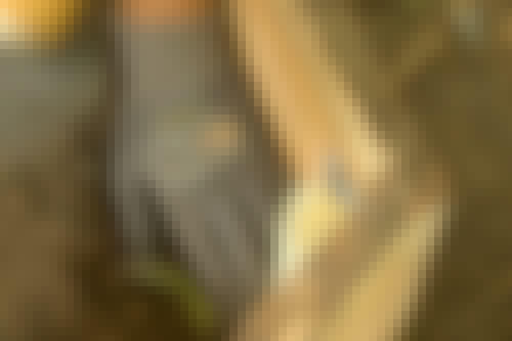Upota tolpat joka nurkkaan 5–10 senttiä nuotiopaikan pinnan alapuolelle. Ruuvaa tolpat kiinni lautoihin 5x70 millin ruuveilla ja täytä kuopat maalla.