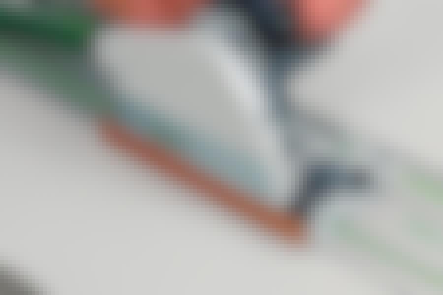 Kuitukipsilevy: Kuitukipsiä on helpointa sahata upotussahalla ohjainkiskon avulla.