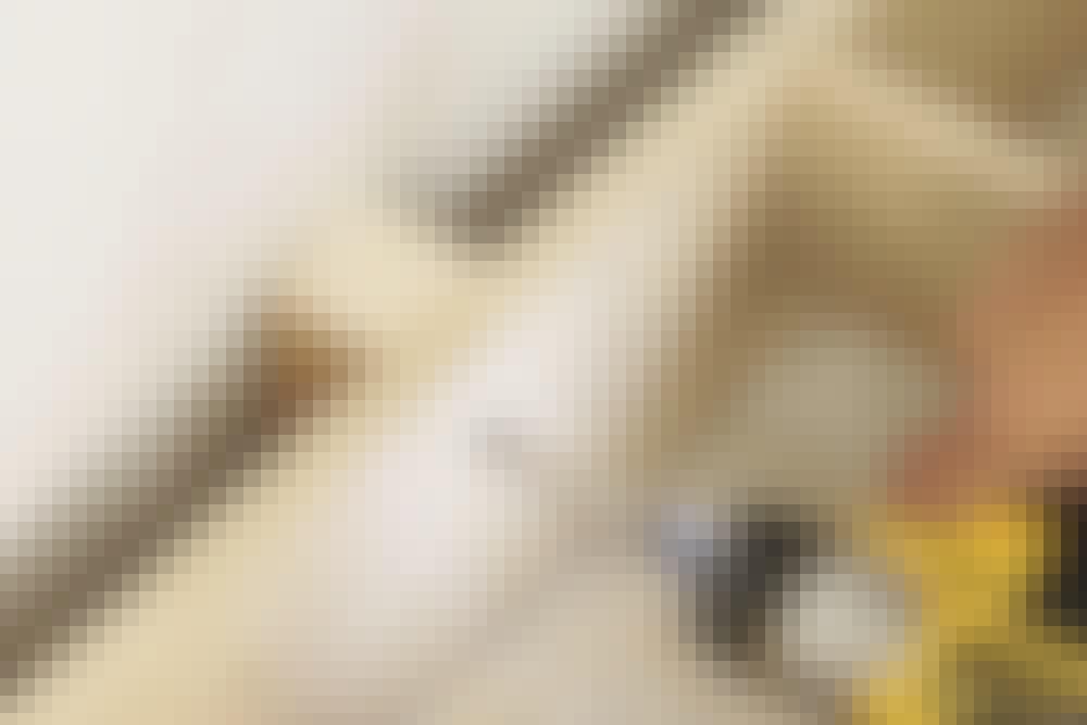 Sokkelen settes fast til veggen. En avstandskloss eller litt murpapp vil sikre at eventuell fukt fra veggen ikke vandrer rett inn i sokkelen. Sokkelen settes fast til gulvet med cirka 60 cm mellomrom.