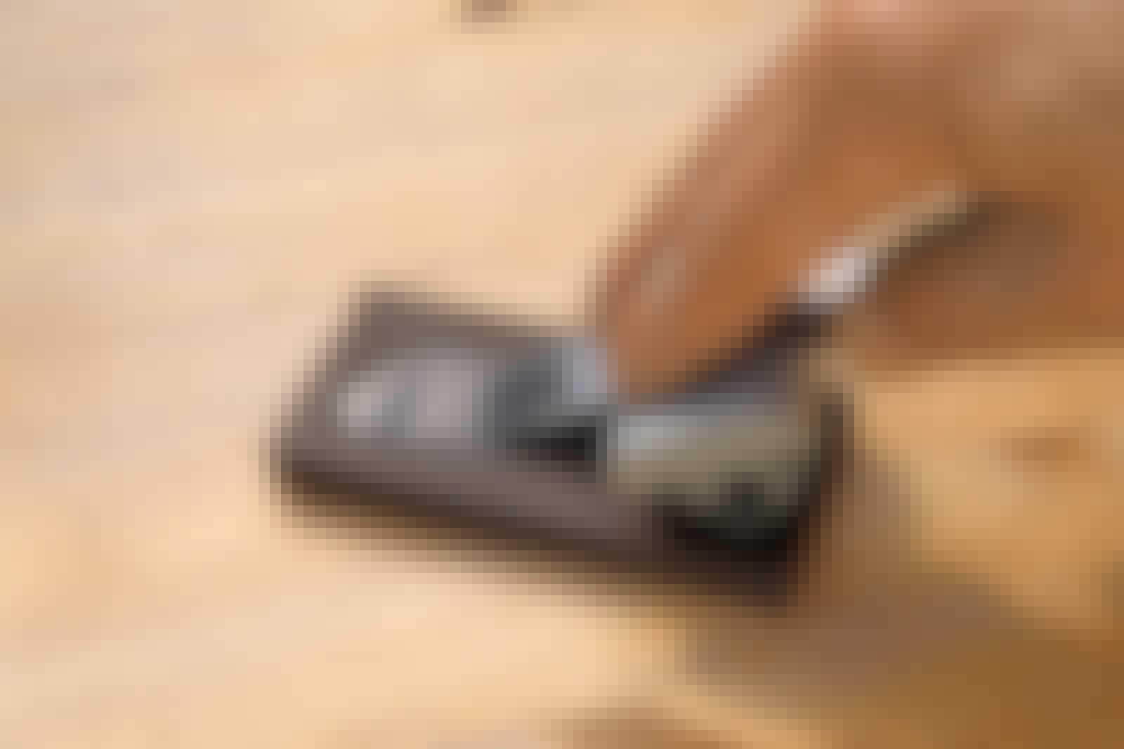Sliping av stemjern: Et stemjern skal slipes med jevne mellomrom. Det gjøres med et bryne med en grov og en finere side. Først slipes grovt og deretter fint.