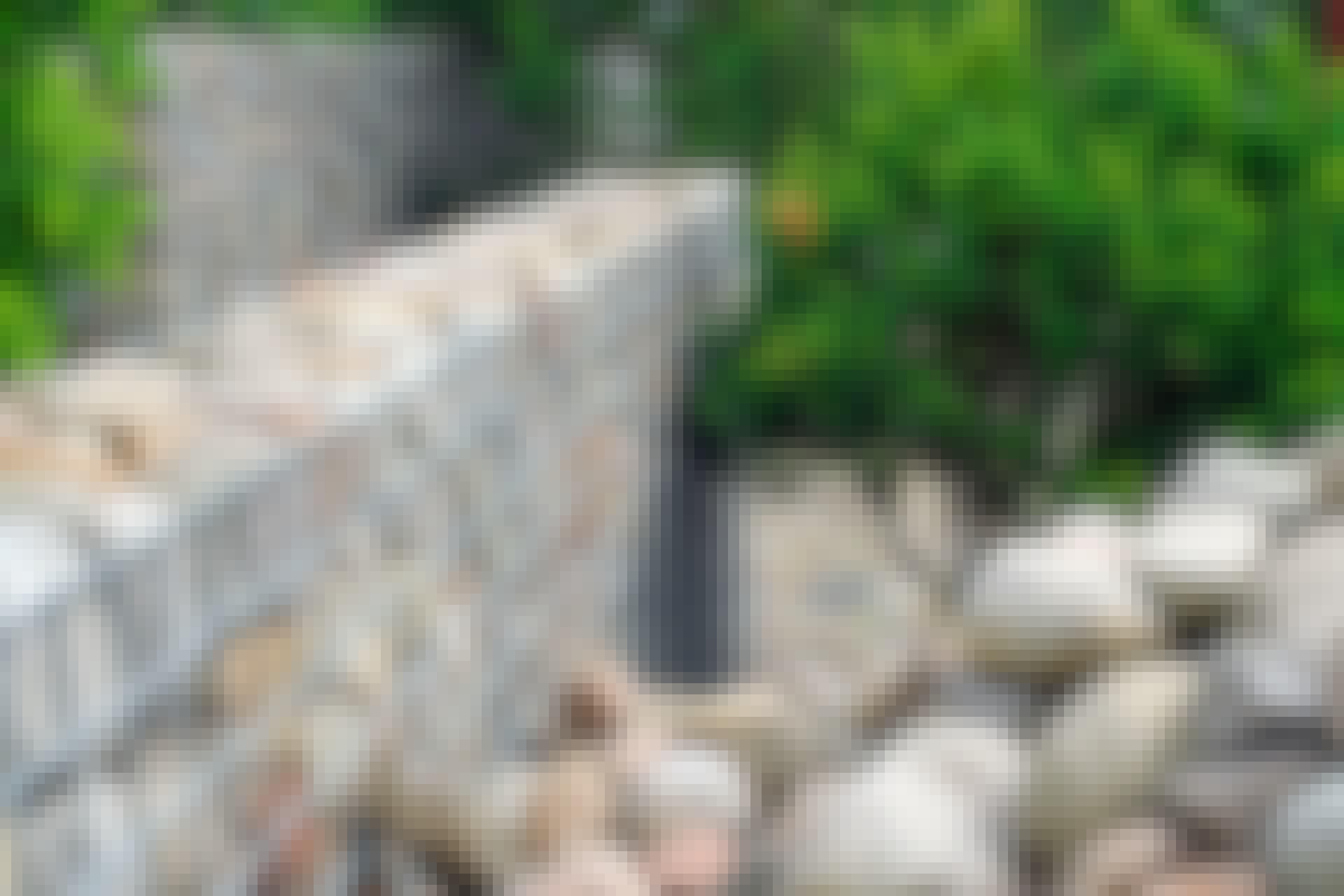 Gabion: Store marksten bruges her til at skabe en naturlig mur. Bemærk, at der ikke er top på denne gabion. Stenene ligger så at sige frit.