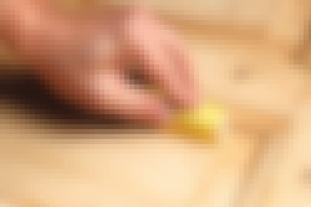 Fyllingsdør: Kanter og profiler håndslipes. Bruk en listestump som slipekloss til kantene på fyllingene, og slipepapir uten kloss til profilene. Fjern støv med støvsuger og en hardt oppvridd, fuktig klut.