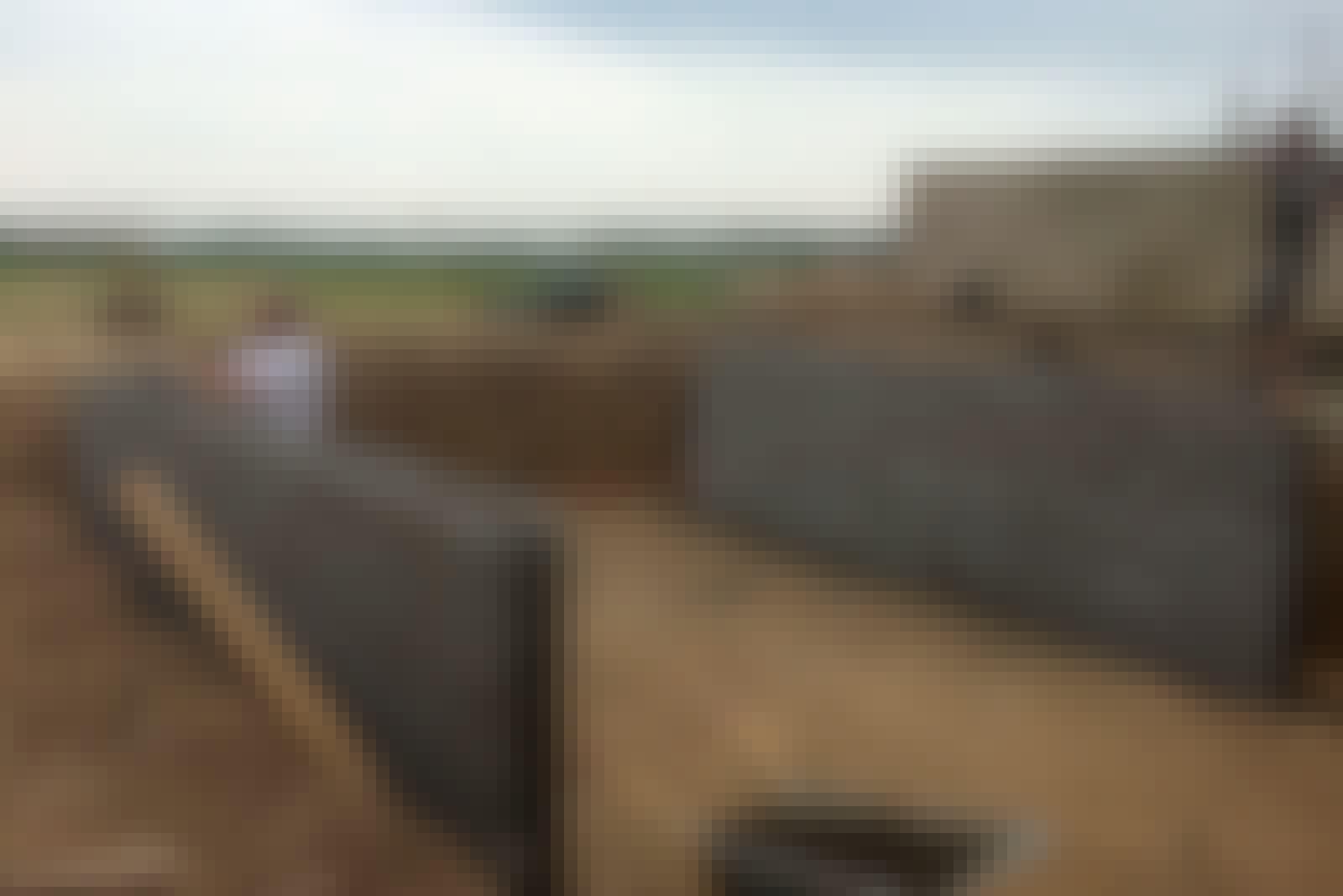 Siderne af poolen bliver støttet via fundablokke, som er støbt sammen. Bunden til poolen blev støbt efterfølgende.