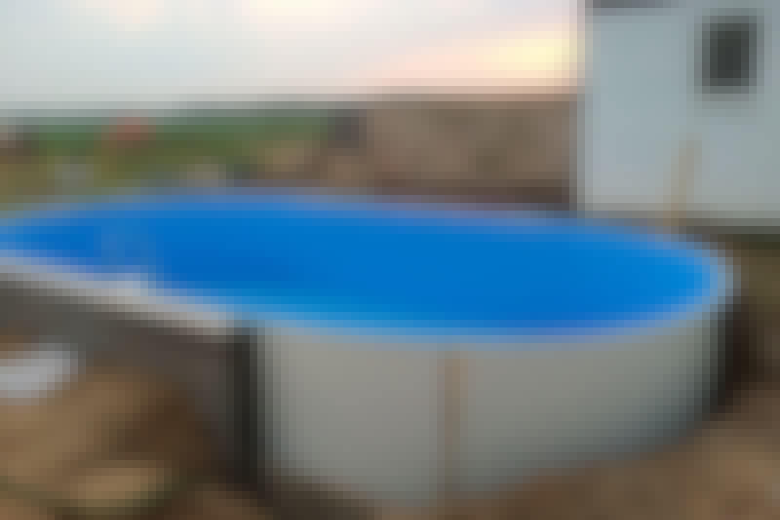 """Siderne og lineren eller """"indmaden"""" til poolen blev leveret, hvorefter Bettina og hendes mand samlede alle delene ovenpå den støbt bund."""