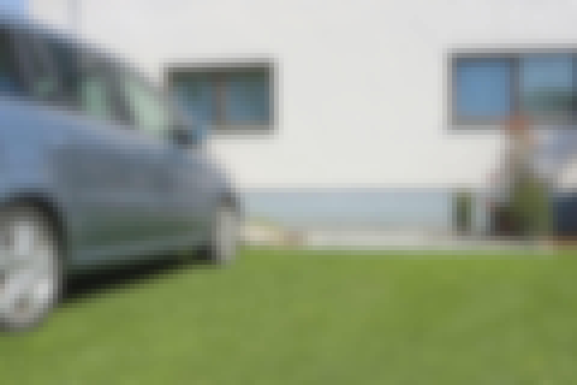 Med græsarmering i plast, kan du gøre en græsplæne så stærk, at du kan parkere din bil på den, uden at den tager skade. Du kan også bruge græsarmering de steder, hvor der er et stort slid, fx på gangarealer, foran skuret eller ved gyngestativet. Det er let at lægge og overkommeligt rent prismæssigt.