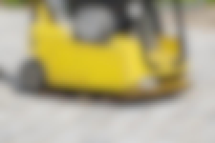 Når du har fyldt fugegrus i fugerne på din nye belægning, er det vigtigt, at du kører belægningen over med en pladevibrator.