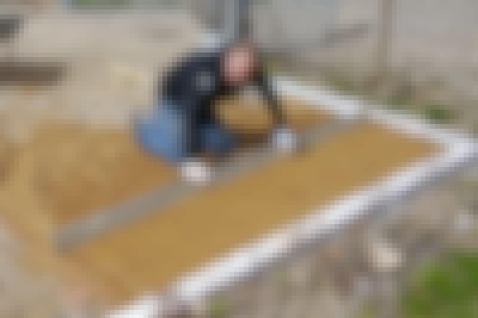 Avjämningslagret jämnas till med ett långt vattenpass eller en rak bräda, så att lagret får rätt tjocklek på 3-5 cm.