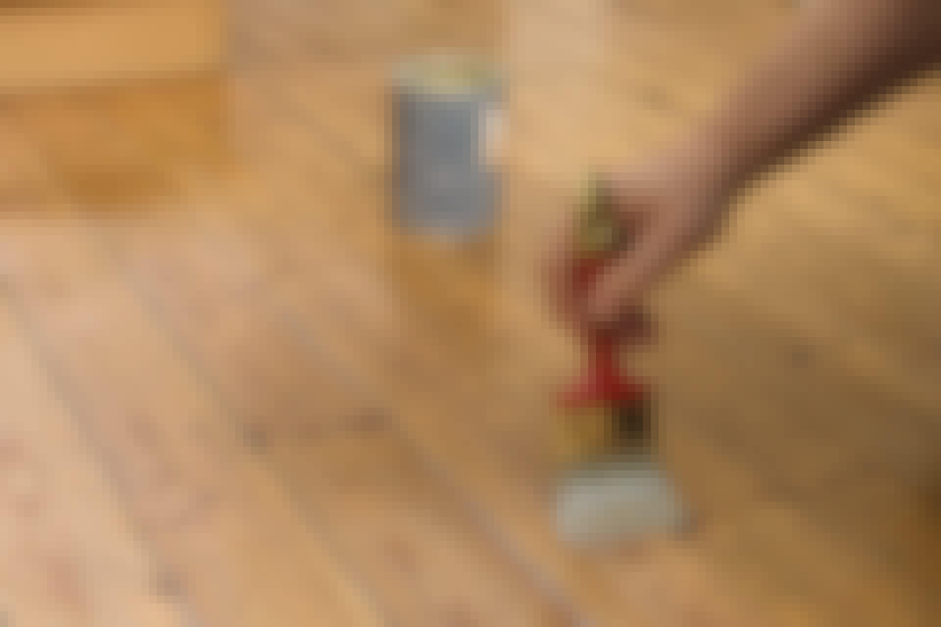 Ett nylackat golv är vackert och håller i många år. Och så är det betydligt billigare än ett nytt golv.