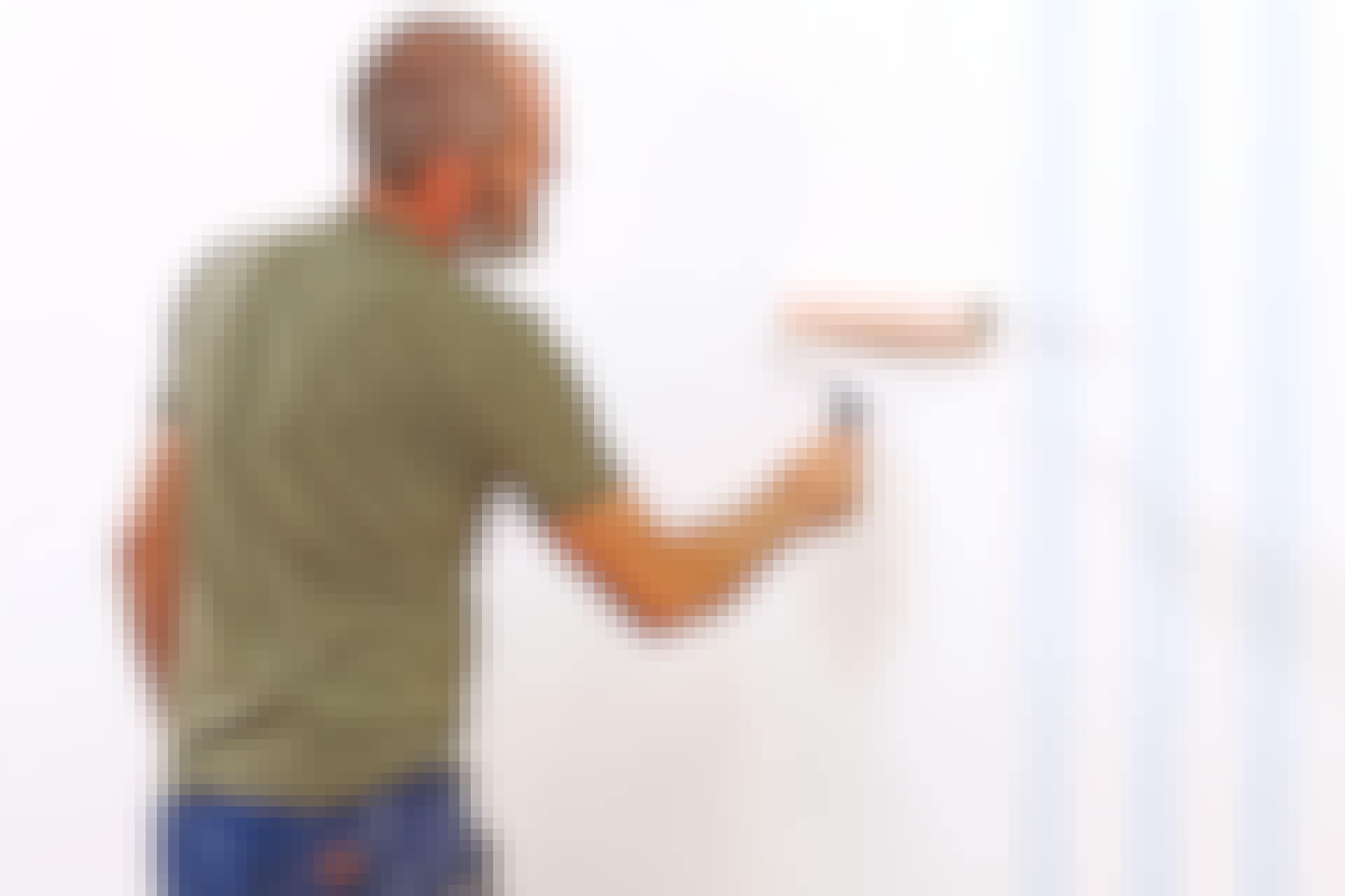 Limmet stryks direkt på väggen i stället för på baksidan av tapetvåderna.