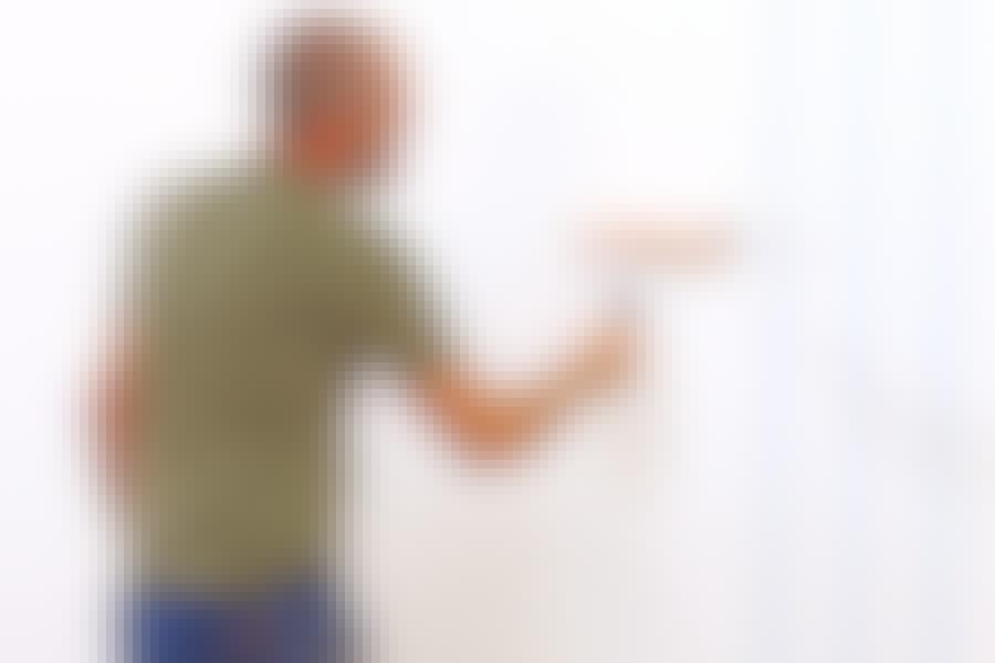 Klæberen påføres direkte på væggen i stedet for på bagsiden af tapetbanerne.
