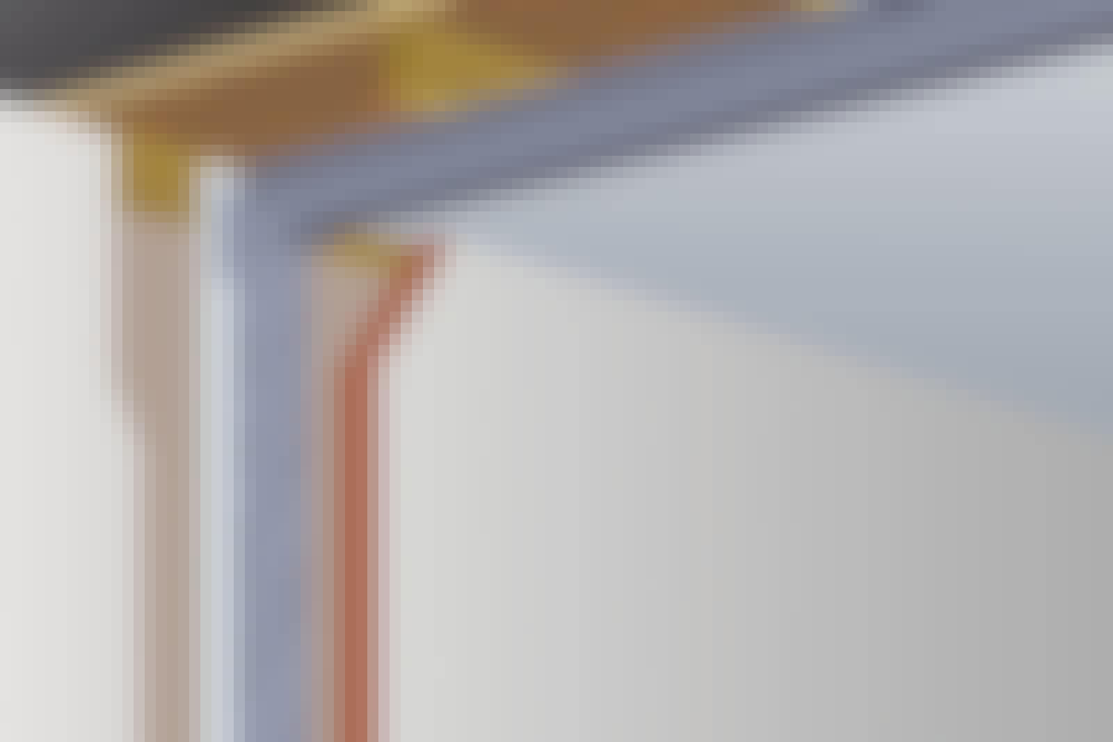 Stålbalk: Stålbalkar används som stående stolpar och som liggande stöd av ett tak.