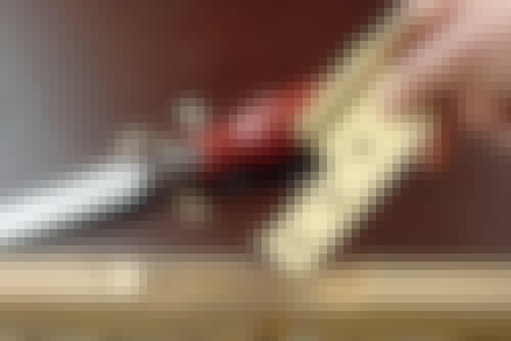 Stemjern: Sjekk at hengselet passer nøyaktig i utstemmingen, og fjern litt mer tre hvis det er for langt, bredt eller tykt. Til finjusteringen brukes kun håndkraft.