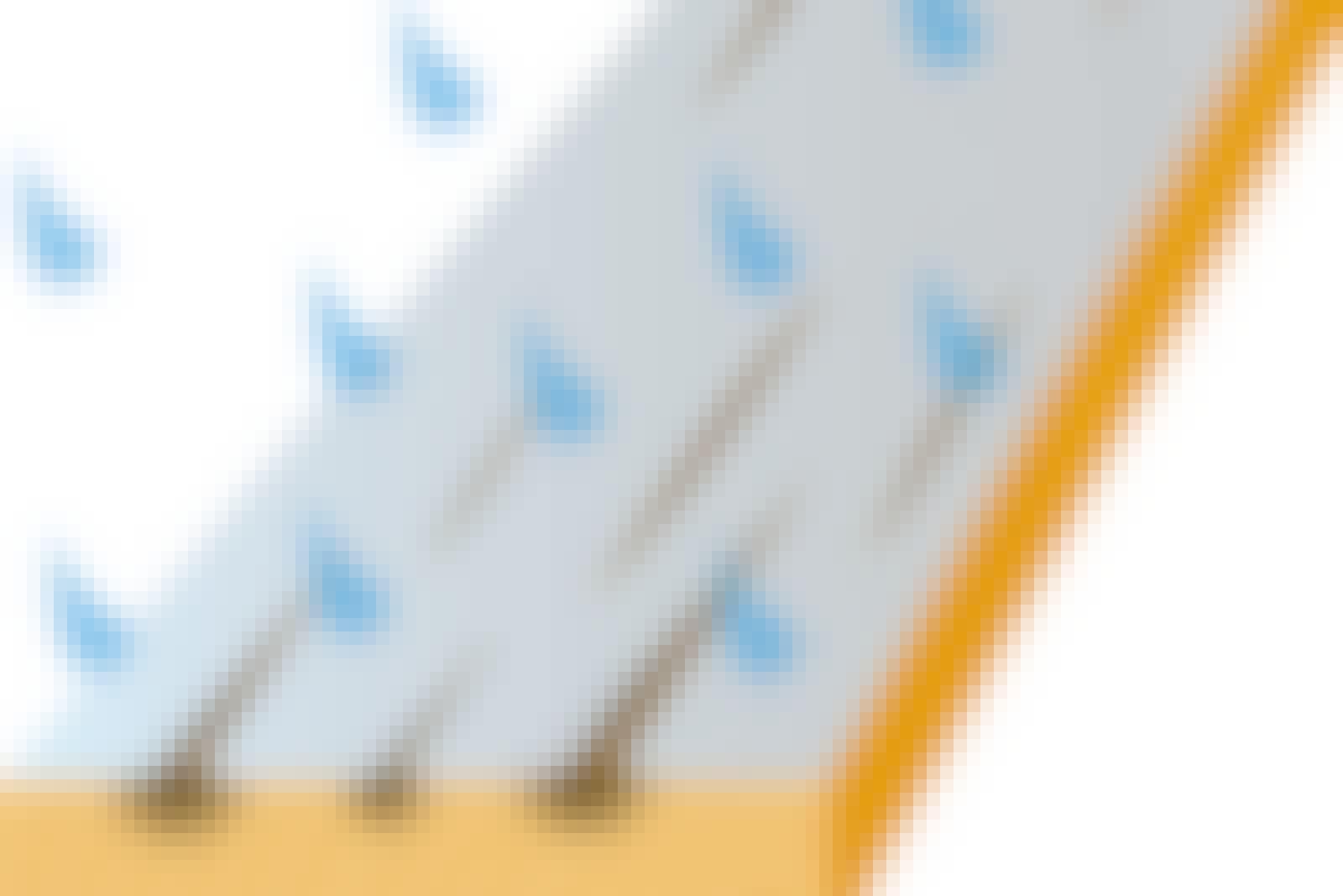 Fukten expanderar i träet under färgen, så att den börjar flagna.