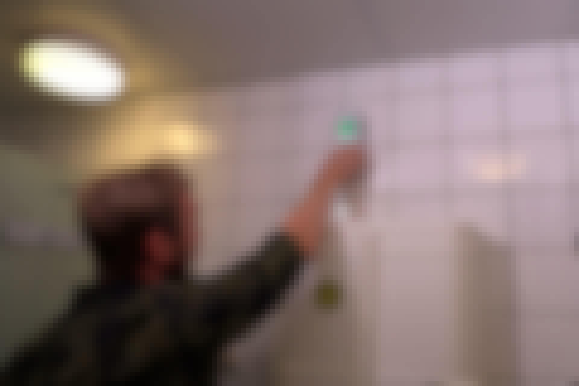 Med veggskanneren kan du raskt og enkelt lokalisere vannrør, før du begynner å bore i flisene.