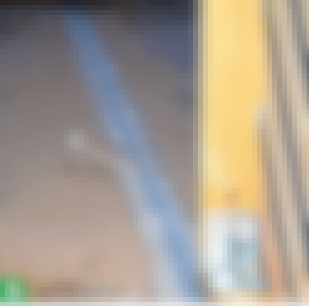 Skyveport: Bunnskinnen (C) skrus fast.
