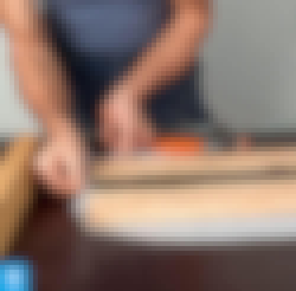 Hartsi: Irrota puristimet ja kapulat, kun hartsi on kovettunut, ja valmistele pöytä viimeistä lakkausta varten.