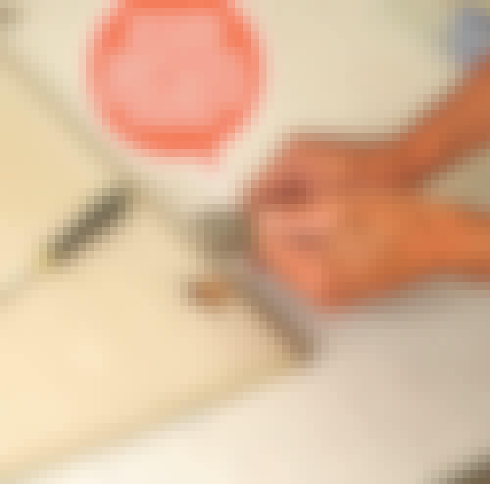 Male kjøkkenfronter: Klikk eller skru fronten av skapet, og ta av hengslene.