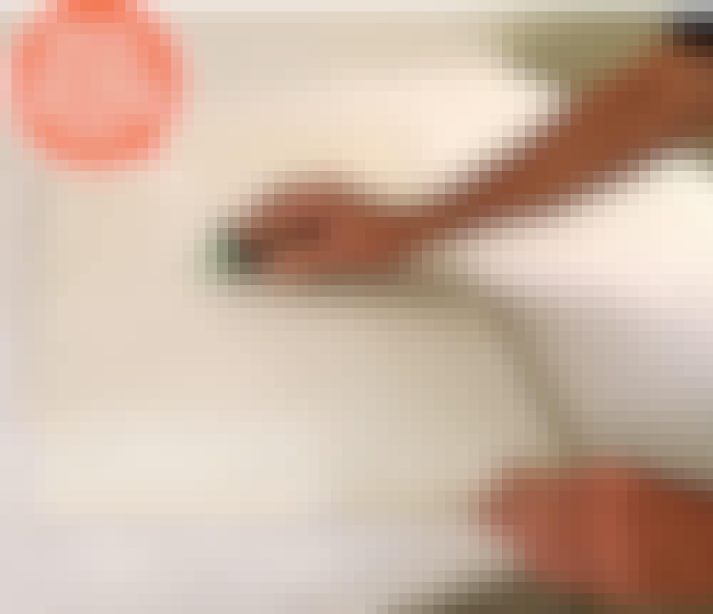 Male kjøkkenfronter: Når sparkelmassen er tørr, slipes overflaten og kantene på fronten.