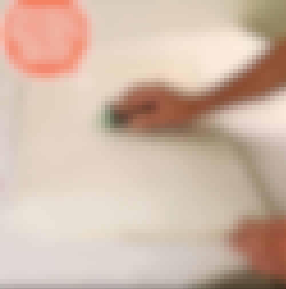 Måla köksluckor själv: När spackelmassan är torr, slipas luckans yta och kanter.