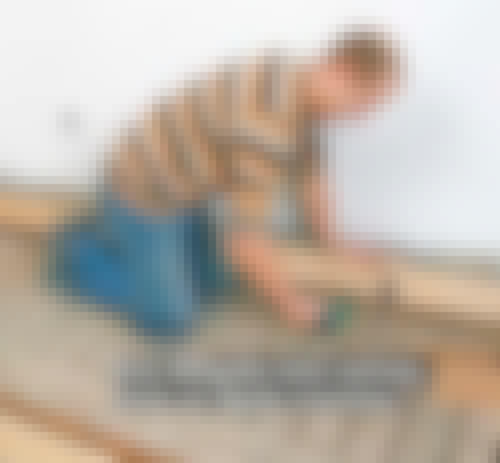 Lattialämmitys puulattiaan: Aseta samanlainen kiilapala laudan keskelle.