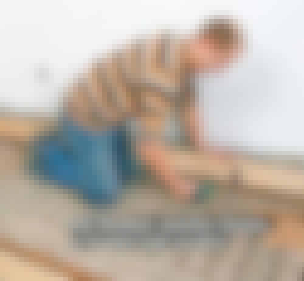 Gulvvarme trægulv: læg en identisk høvlet klods midt på brættet.
