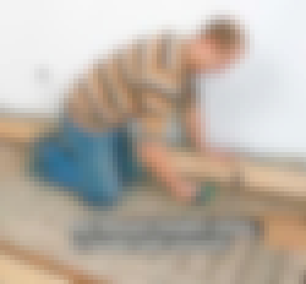 Vannbåren varme tregulv: Legg en helt lik høvlet kloss midt på bordet.