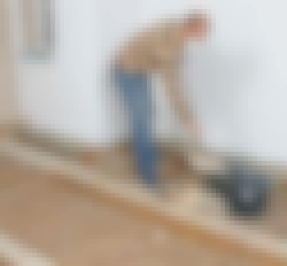 Golvvärme trägolv: Ta bort kolstybb eller sågspån som finns i bjälklaget i många äldre bostäder.