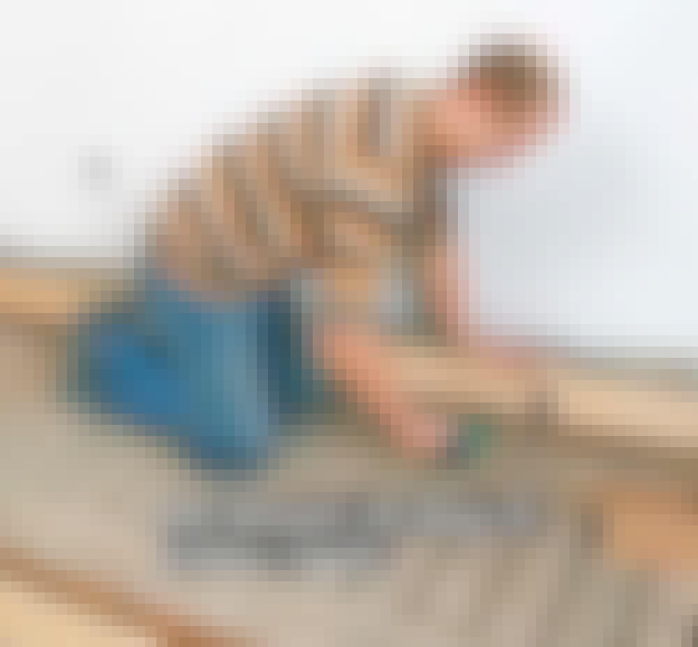 Golvvärme trägolv: Med en exakt likadan kloss kollar du avståndet mellan brädan och linan.