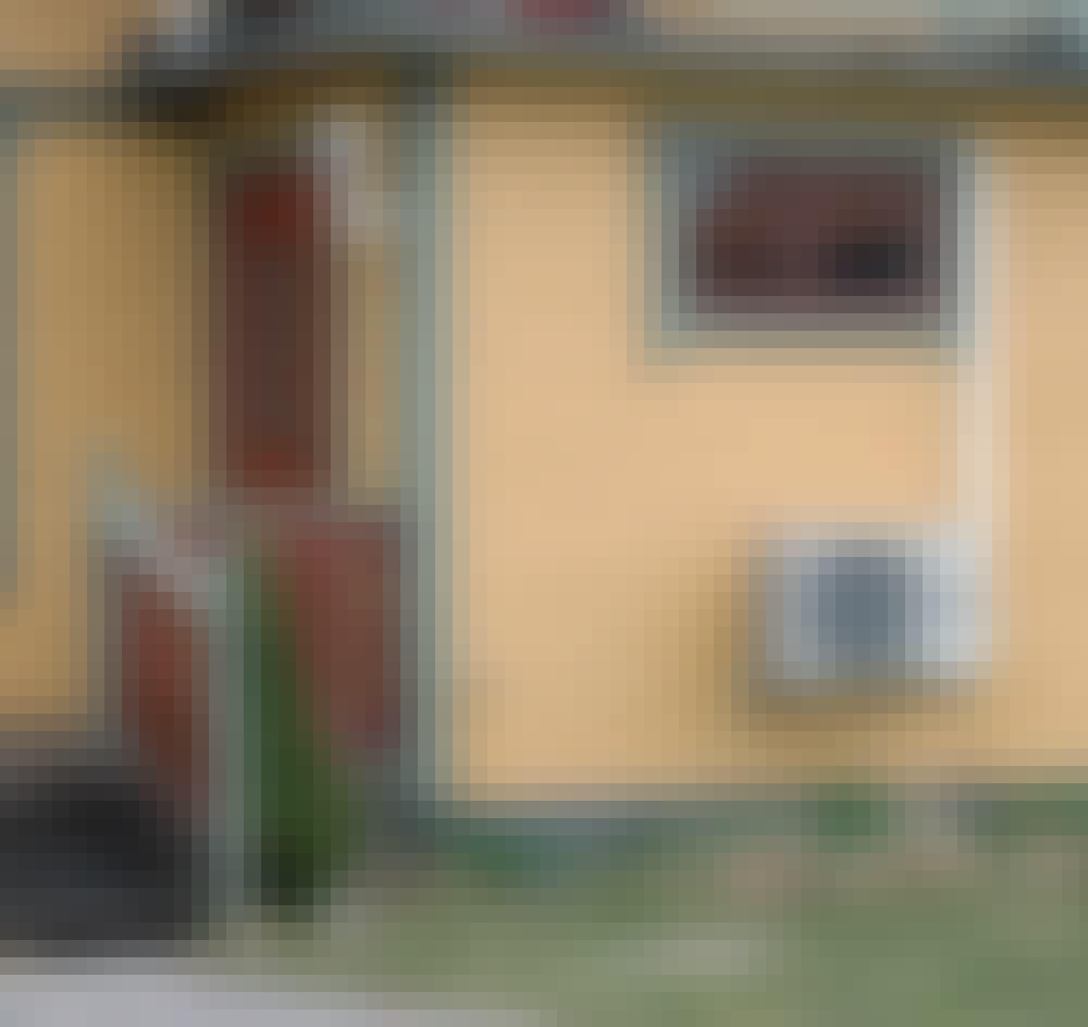 Lämpöpumpun suoja: Ilmalämpöpumppu on sijoitettu sisäänkäynnin viereiselle seinustalle. Se ei juuri korista taloa.