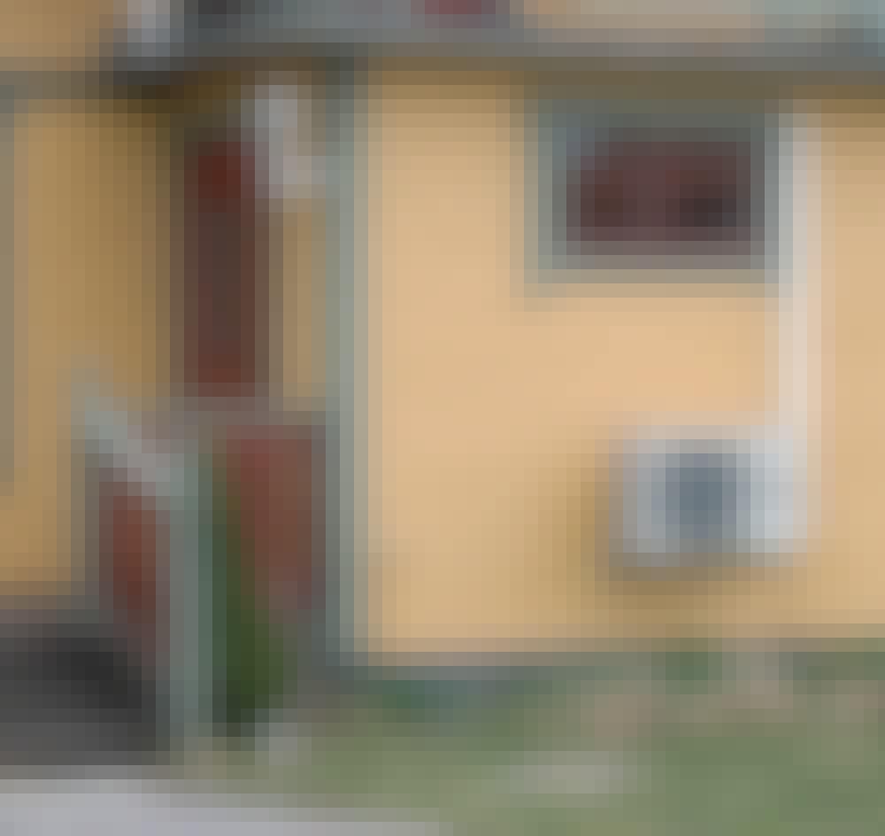 Värmepumpsskydd: Luftvärmepumpen sitter på väggen precis intill den lilla farstukvisten. Och snygg är den ju inte …
