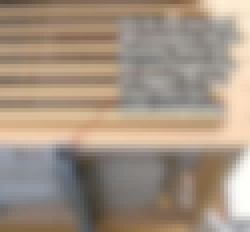Värmepumpsskydd: Huset skruvas fast på konsolerna med montageskruvar (sådana man använder till byggbeslag).