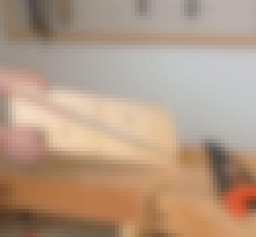 Varmepumpeskjuler: Sag ut to kiler (J) av et høvlet bord.