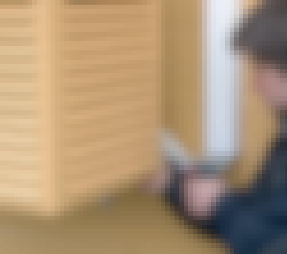 Varmepumpeskjuler: Kassa settes på plass slik at den dekker varmepumpa.