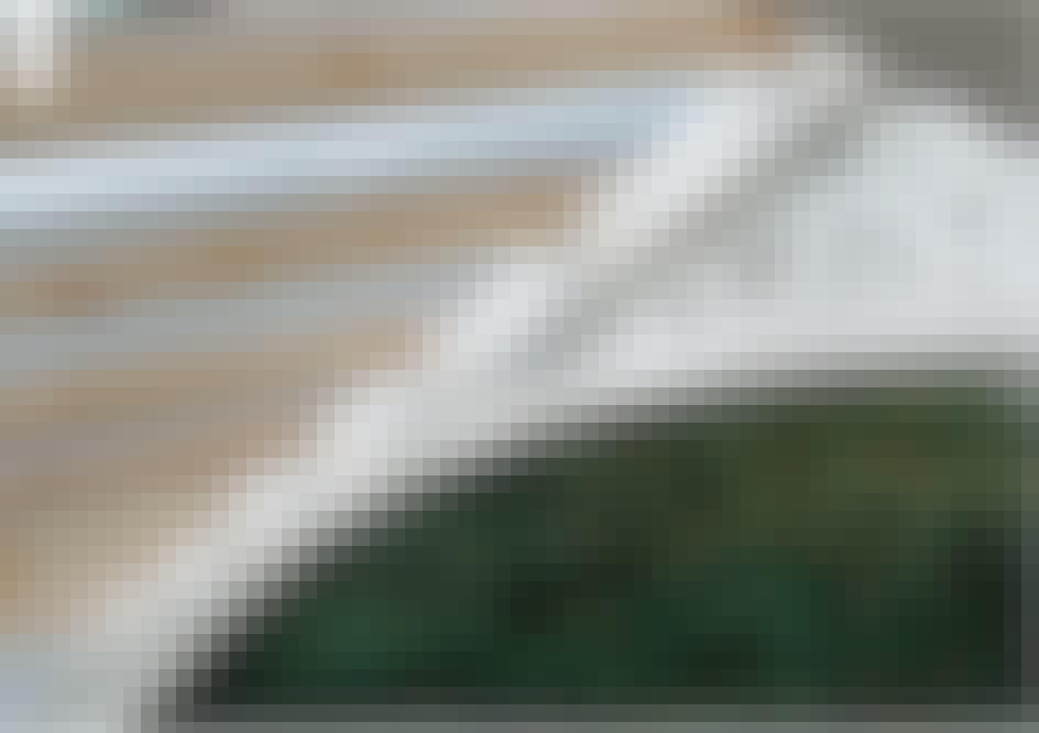 Lasikatto terassille: 19 mm:n vedenpitävästä ristivanerista voi-daan leikata pistosahalla koristeellinen kuviotäyte palkin ja kaaren väliin.