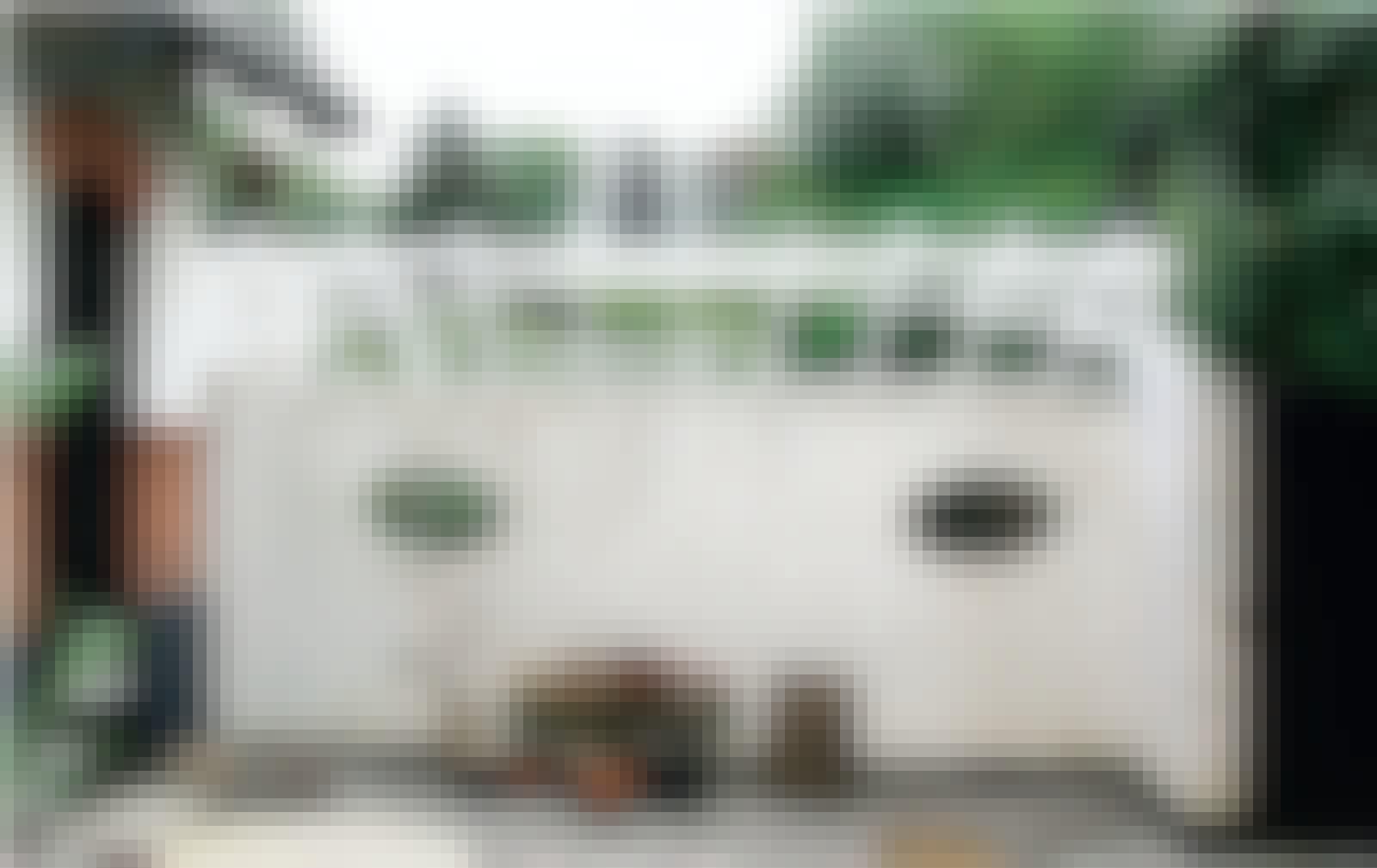 Byg glastag: Det luftige og lette glastag skaber ly og læ på den lille plante- og grillplads.