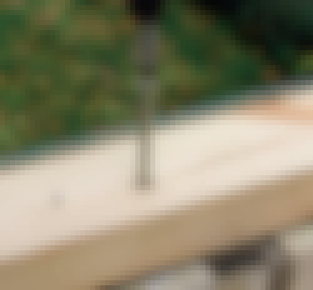 Glastag: Monter remmen, der bærer spærene på muren, med kraftige karmskruer.